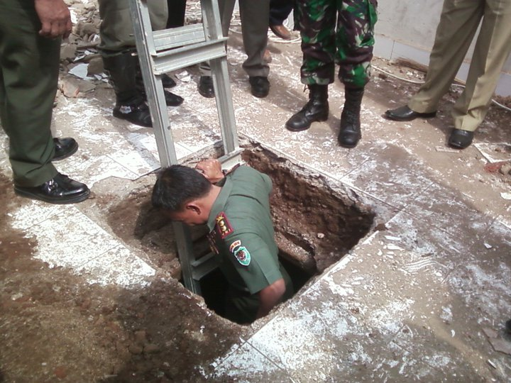 Bunker yang ada di bawah ruang guru sedang di periksa oleh Tim dari Kodim