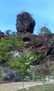 Hati-hati jangan ada di bawah daerah batu ini