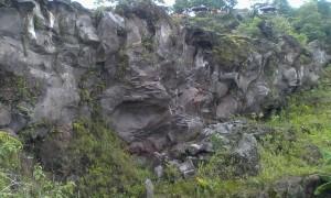 Pagar bongkahan batu