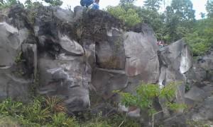 Bongkahan batu yang membuat jadi mirip tebing batu