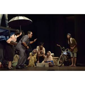 Salah satu adegan pementasan BAROK karya Aan Sugianto MAS. Pa Camat yang sedang BLUSUKAN di kampung kumuh