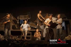 Salah satu adegan pementasan BAROK karya Aan Sugianto MAS. Tokoh BAROK yang tidak wujud internet.