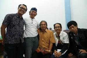 (Duduk baju putih berkaca mata): Aan Sugianto Mas, didamping para budayawan, pemerhati seni budaya, dan jurnalis Kuningan