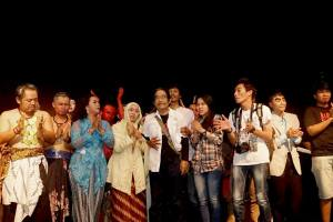 Aan Sugianto Mas (baju putih berselendang tas) di tengah anggota sanggar teater Sado